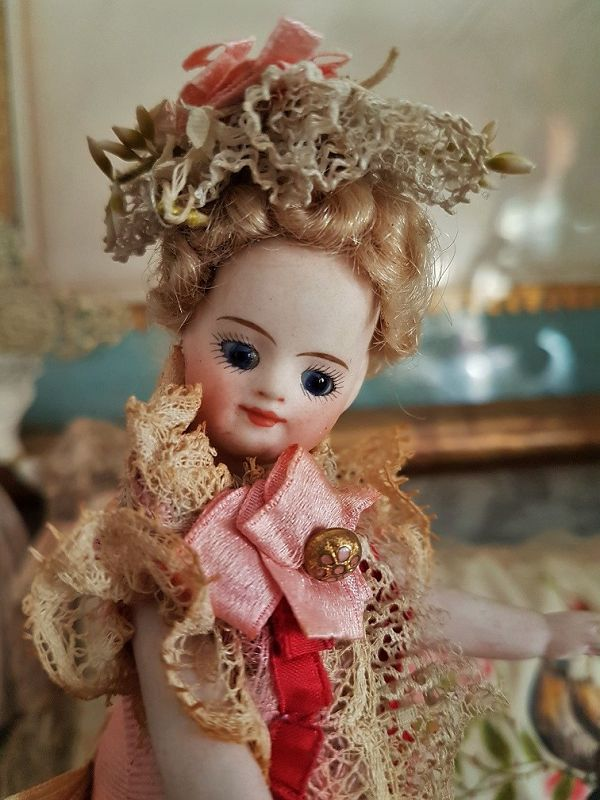 Pretty Mademoiselle Mignonette in Superb Clothing & original Condition