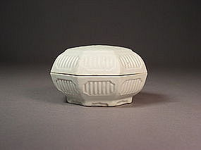 Chinese octagonal porcelain box